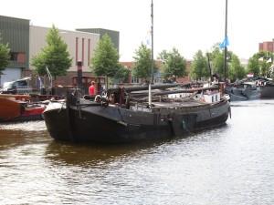 Op woensdagochtend arriveerden de schepen die in Oude Pekela strandden waaronder de Foskea Jantje, gebouwd bij Mulder in Stadskanaal, die dus een thuiswedstrijd speelde.