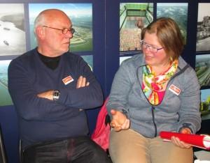 De nieuwe penningmeester Jan Marijt in gesprek met Nicolien Schwippert ongetwijfeld over de kosten van banners waarover veel vragen waren.